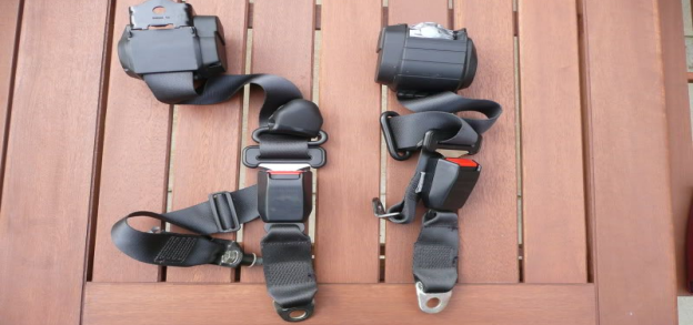 retractable seat belt types with the retractor on one end
