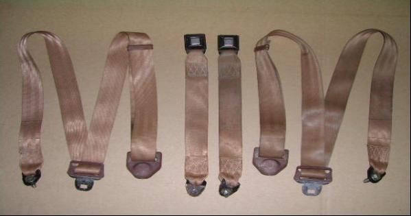 adjustable seat belts use no retractor mechanism